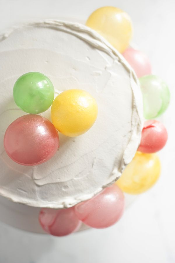 Make this edible balloon birthday cake with gelatin balloon bubbles. A simple recipe that immediatly makes your table into a fabulous birthday party!