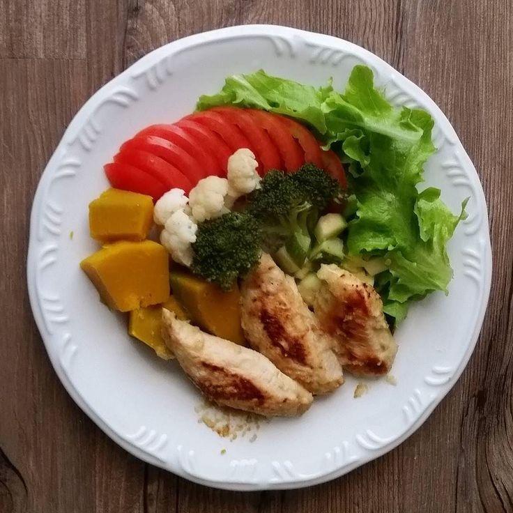 Bom almoço para vocês! Aqui teve frango no alho e cebola alface tomate abóbora japonesa abobrinha couve flor e  brócolis. #dieta #dietasemsofrer #paleo #dietapaleolitica #dietapaleo #paleofood #paleolife #mydiet