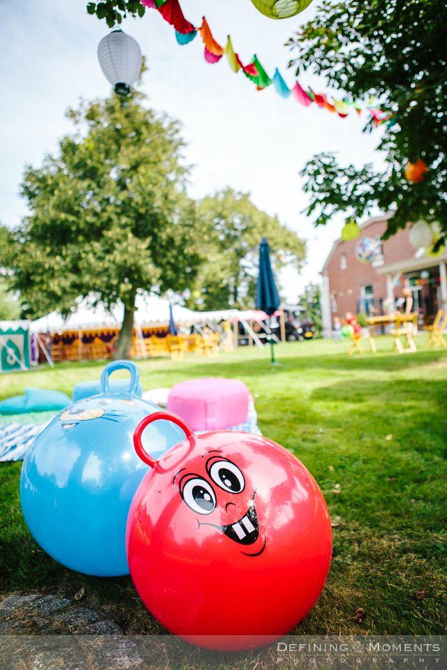 Vrolijke skippy-ballen voor het entertainment van de aanwezige kinderen bij deze tuinbruiloft. Trouwen in de tuin is leuk!