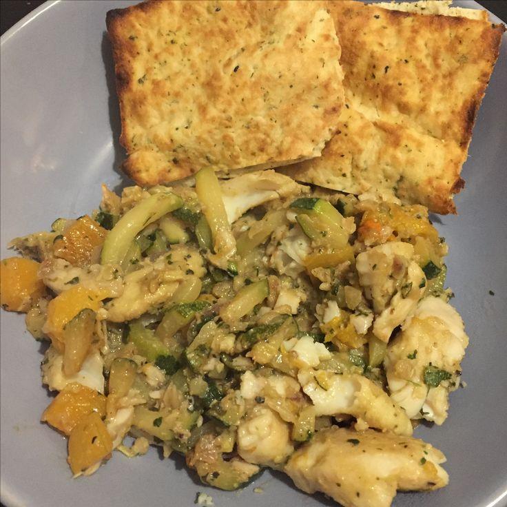 Marinade gemaakt van Koriander, sap van limoen,sesamolie, soja, peper,zout, rood ui-tje. Daar witvis, blokjes courgette en pompoen mee gemarineerd....half uurtje laten staan, en daarna tien minuutjes gebakken in wok.... Naanbroodje erbij...en feest heb je!