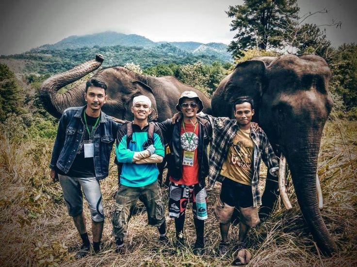 Foto kiriman Bunda Comel Halimah  ini foto teman anak saya beserta TIM dari akademisi dan pecinta gajah aceh. Minta diikutkan lomba ini min,, ikut konservasi penangkaran gajah di lembah seulawah, Saree Kabupaten Aceh Besar Provinsi Aceh. #AnimalLoversEMCO