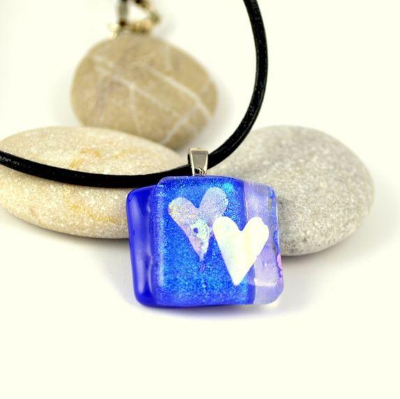 Blått glassmykke med to hjerter dichroic glass #jewelry