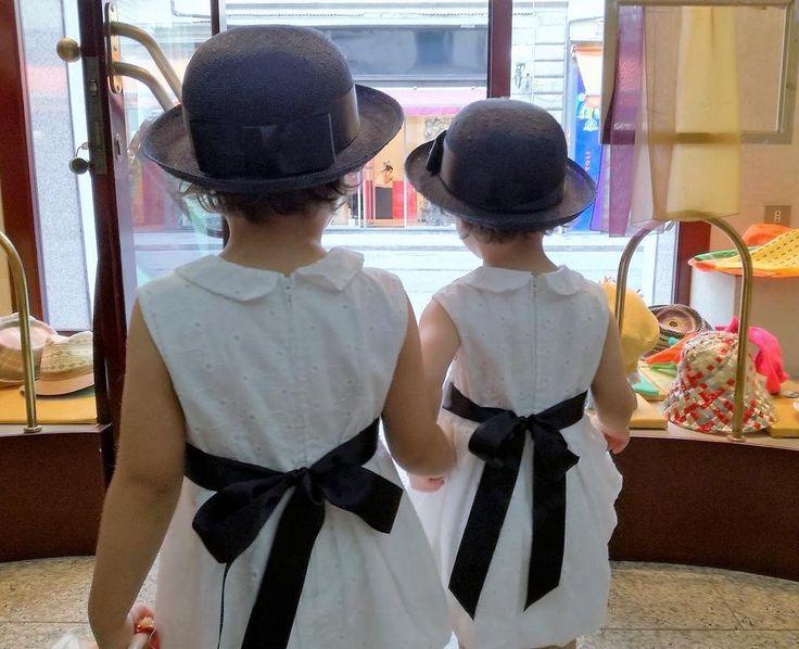 Troppo simpatiche queste gemelle che escono dal mio negozio con due piccole marinare in paglia blu con il nastro di raso in coordinato con la fusciacca in vita pronte per il matrimonio di mamma e papà!  #wedding #weddingday #artigianato #accessories #madeinitaly #hat #hats #marinare #paglia #kids #joy #cappello #cutekidmodels #socute