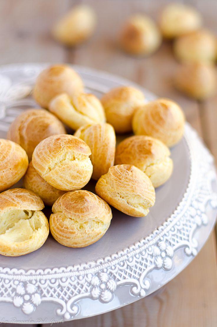 La pasta choux è una ricetta base classica della pasticceria francese,infatti viene usata nella preparazione di éclairs e profiterole. Fra i dolci più scenografici con questa preparazione c'è la croquembouche, una piramide di bignè ripieni di crema , glassati con il caramello e ricoperti da u…