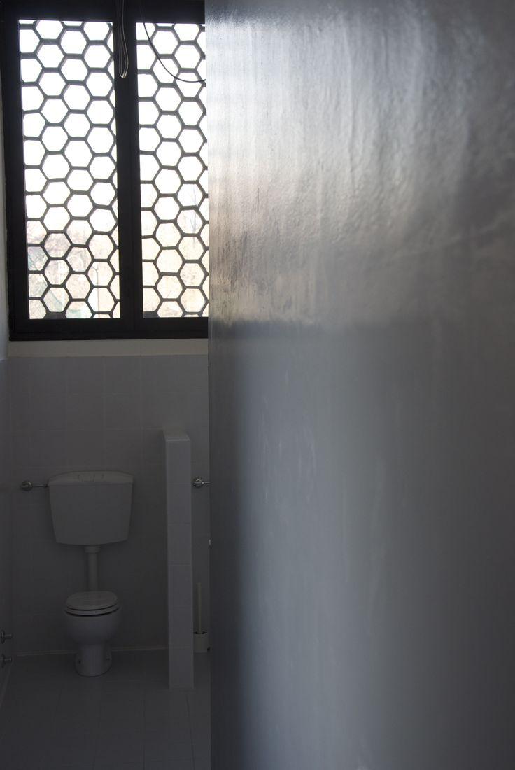 Particolare del bagno della Scuola d'Infanzia PICCOLI&grandi: in evidenza il frangiluce a nido d'ape caratteristico dell'edificio disegnato da Caccia Dominioni.