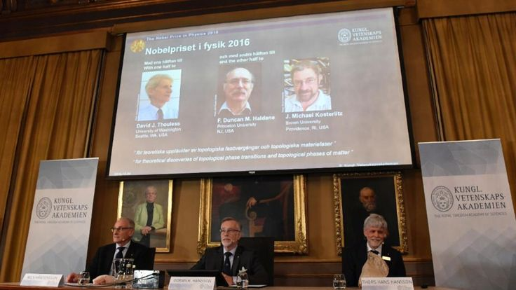 Das Nobelpreis-Komitee verkündet die diesjährigen Gewinner im Bereich Physik -  David Thouless, F. Duncan Haldane, Michael Kosterlitz - Thors Hans Hansson vom Nobelpreis-Komitee nahm einen Bagel und ein Brötchen zur Hand, um zu zeigen, wie die Arbeiten der drei Gewinner das Wissen über die Materie revolutionierten