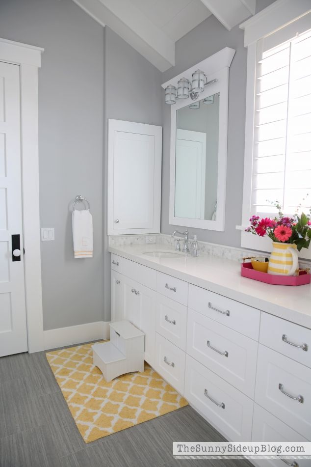 What color walls go with white cabinets and light tile for Grey and white bathroom decor