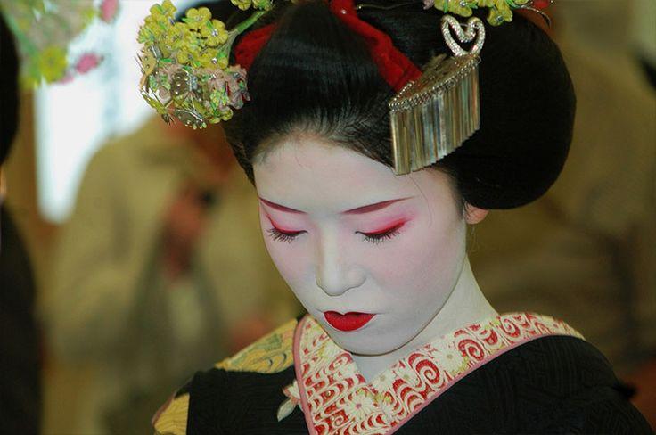 Японские гейши должны уметь поддержать любой разговор и обеспечить веселое времяпровождение гостей, часто в их обязанности входит легкий флирт, не более..