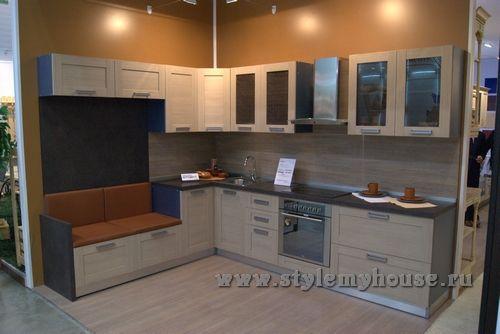 г-образная кухня со встроенным диваном