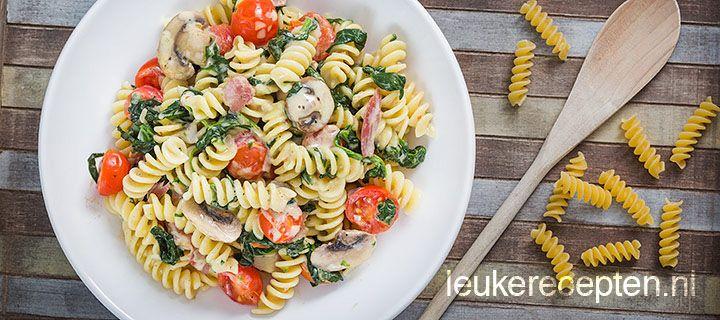 Simpel en lekker pastarecept met verse spinazie, champignons, spekjes en tomaatjes in een roomsaus