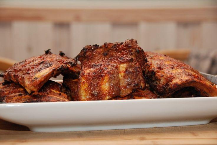 Kamben og spareribs er noget af det mest populære kød, at smide på grillen eller i ovnen. Giv benene en god omgang barbecue marinade. Kamben ser ikke ud af meget når de ikke er tilberedte, men man …