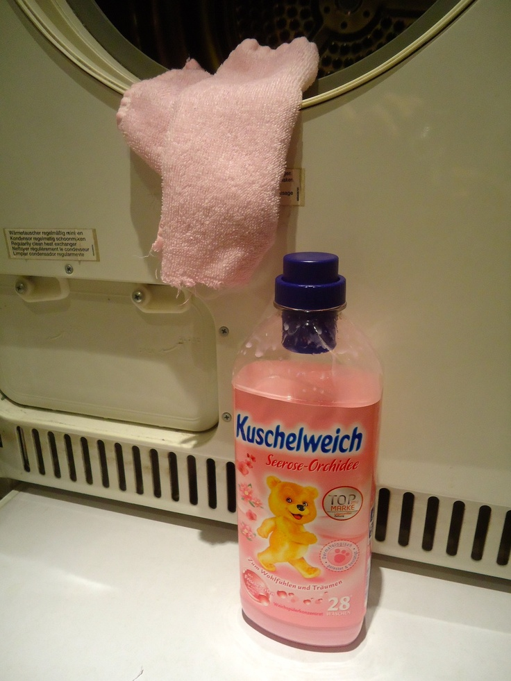 Ik gebruik de wasdroger alleen in noodgevallen, maar dit vind ik een prima tip: Wasdrogerdoekje: doordrenk een wit stukje badstof met je favoriete wasverzachter. Laat opdrogen in de droger. Vanaf nu is het doekje goed voor wel 40 droogbeurten, voor een heerlijk geurende zachte was.