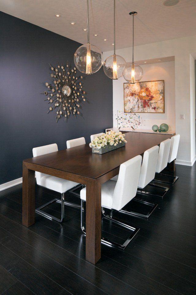 ameublement-salle-manger-idées-suspensions-verre-table-bois-massif-chaises-blanches-tapissées