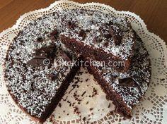 La torta cocco e cioccolato è una dolce goloso che racchiude tutto il profumo del cocco e il sapore intenso del cioccolato fondente.