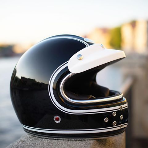 Still need a present for 🎄 Christmas? Checkout our free visor Xmas deal - only few days left ⛑ in the 📷: CASTEL BMW Munich 90 München with the Eclipse peak sun visor #bonvoyage #rubyhelmet #rubyparis #ateliersruby #lesateliersruby #helmet #classic #vintage #helm #шлем #retro #style #luxury #fashion #motorcycle #lifestyle #protection #chic #caferacer #startyouradventure #knightsofthepresent #comfort  #art