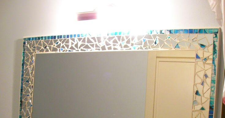 Color sabbia e bianco sulle pareti; acquamarina per il letto decorato con foglia-argento.