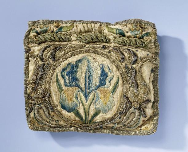17th cent - Beurs van gele zijde, geborduurd met iris in veelkleurige vloszijde en ornamenten in gouddraad | Modemuze