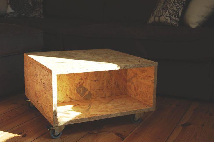 Nareszcie wrzucam zdjęcie stolika wykonanego prawie rok temu. Mobilny stolik kawowy wykonany z płyty OSB, pokryty bezbarwnym lakierem. Dwa kółka posiadają hamulce, ale nie są za często używane.Stoli często jeździ po pokoju i sprawuje się znakomicie! Dostępny jest w wersji do samodzielnego montażu, bądź złożony :)