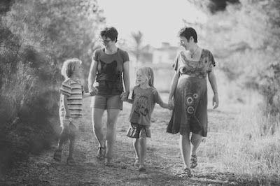 La odisea de dos madres para inscribir a su hijo. Más de 10 años después de la aprobación del matrimonio gay, los colectivos LGTBI denuncian la discriminación que sufren en el Registro Civil en los temas de filiación. Beatriz Portinari   El País, 2016-12-05 http://elpais.com/elpais/2016/11/30/mamas_papas/1480499152_007852.html