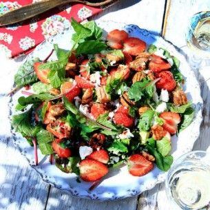 For summer, recipe in swedish. Goat cheese salad with  strawberries and nuts.
