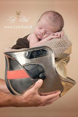 photographe naissance bébé nouveau-né pompier casque hallowween