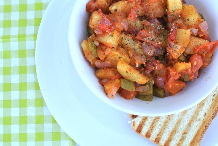 Spaanse aardappeltjes met tomaat paprika en ui middelgrote aardappels halve paprika 1 kleine rode ui 3 trostomaten 1 eetlepel azijn 1 teentje knoflook scheut olijfolie 2 theelepels gedroogde oregano