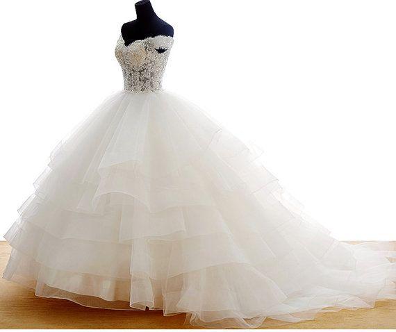 Prachtige vintage stijl lace overlay top trouwjurk met sexy uit de schouder cup mouwen, traditionele kathedraal trein, een licht ivoor voering, en licht kristal beadings op lace   Deze jurk kan worden gemaakt op bestelling in een aantal standaardmaten of op maat gemaakt. Schrijf dan naar mij en ik zal een lijst verstrekken van de metingen die we nodig hebben en een gids van de meting.  GROOTTE: ONS 0-2 Taille: 60cm Bust: 78cm Lengte: 144 cm  GROOTTE: ONS 2-4 Taille: 63cm Bust: 80cm Lengte…