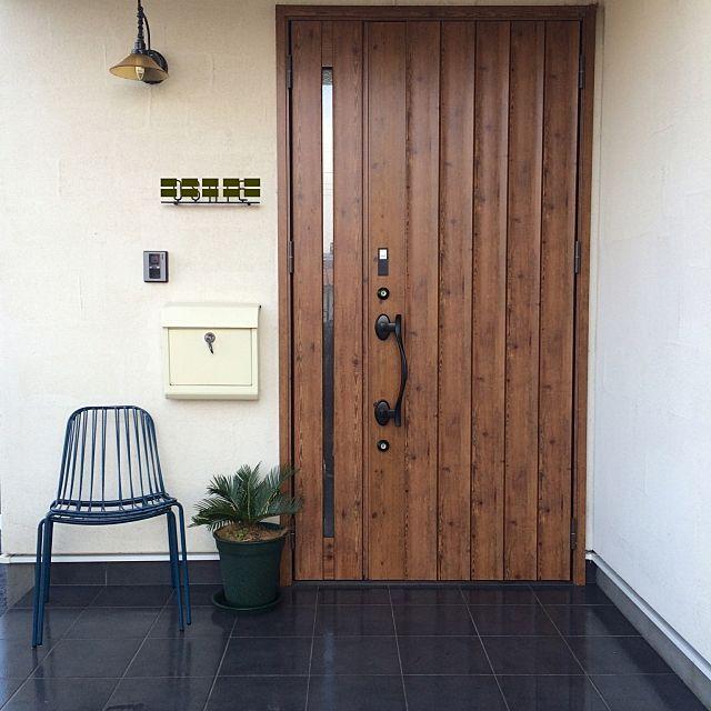 女性で、2LDKの観葉植物/玄関/リクシル玄関ドア/francfranc椅子/玄関/入り口についてのインテリア実例を紹介。「おはようございます✧︎*。 玄関前に椅子置いてみました。笑 座り心地悪くて完全にディスプレイ。笑 安心してください!外でも大丈夫な材質です!笑 ここでダメならウッドデッキに移動します!」(この写真は 2016-03-06 09:37:41 に共有されました)