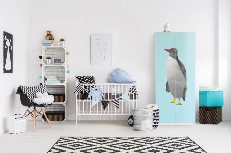 Mit einem kleinen Pinguin sieht der Pax-Schrank im Kinderzimmer schon gar nicht mehr so langweilig aus | creatisto