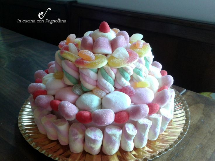 Per l'ultimo compleanno della mia bambina volevo fare una torta un po' diversa ed ho voluto provare a fare una torta di caramelle. Molto semplice da prepar