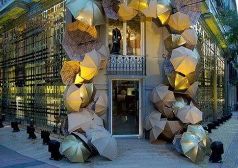 Madrid - Burberry store display Amalia, tiene una fachada original y creativa por todos los paraguas de su alrededor