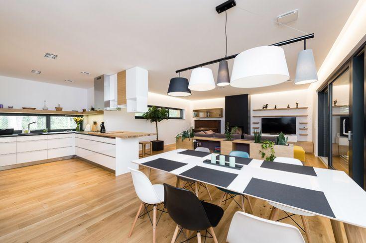 Kromě koupelen, technické místnosti avstupní chodby, kde je napodlahách položena velkoformátová dlažba, je pocelém domě použita dřevěná dubová podlaha.