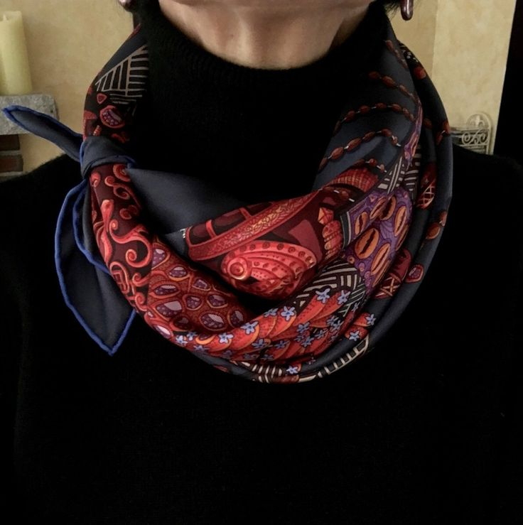 Elegant way to wear a small or medium square silk scarf around the neck. Une manière chic de porter un petit ou moyen carré de soie.