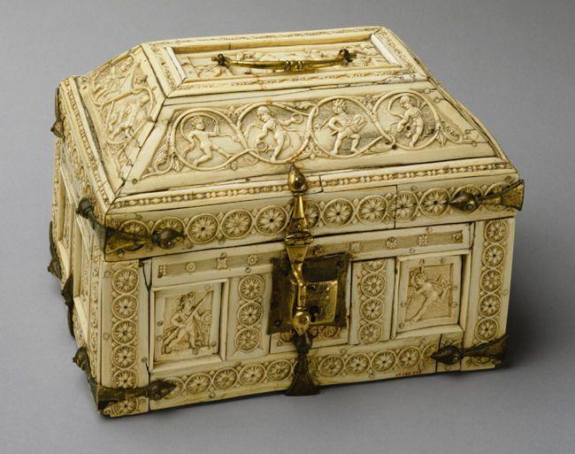 Caixa, guarda-joias, com guerreiros e dançarinos, séc. XI Período Bizantino, provavelmente feita em Constantinopla osso, cobre com ban...