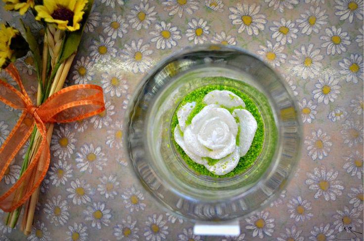 Abbinamento semplice ma efficace con vasetto di vetro trasparente al cui interno è inserita una piccola candela bianca su un letto di sabbia colorata. #nonsmettodifare #candele #colori #idee #creatività