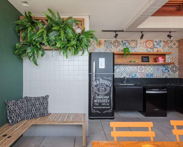 Espaço Gourmet por Amis Arquitetura - churrasqueira com parede em ladrilho hidraulico, bancada em granito preto e geladeira plotada preta