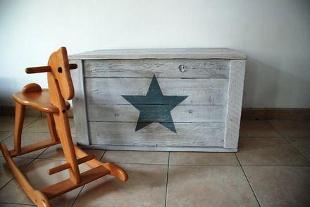 Coffre a jouets realisé à partir de bois de palettes. Idéal pour décorer et ranger la chambre des enfants.  Dimensions du coffre tel qu'exposé :  Hauteur : 50 cm Largeur - 16040794