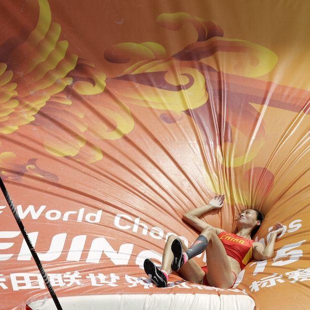 La cinese Li Ling atterrata sul materasso dopo aver partecipato alle qualificazioni al salto con l'asta ai Campionati del mondo di atletica leggera