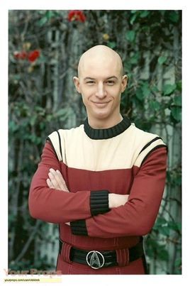 Tom Hardy posing as a young Jean-Luc Picard in Star Trek : Nemesis.