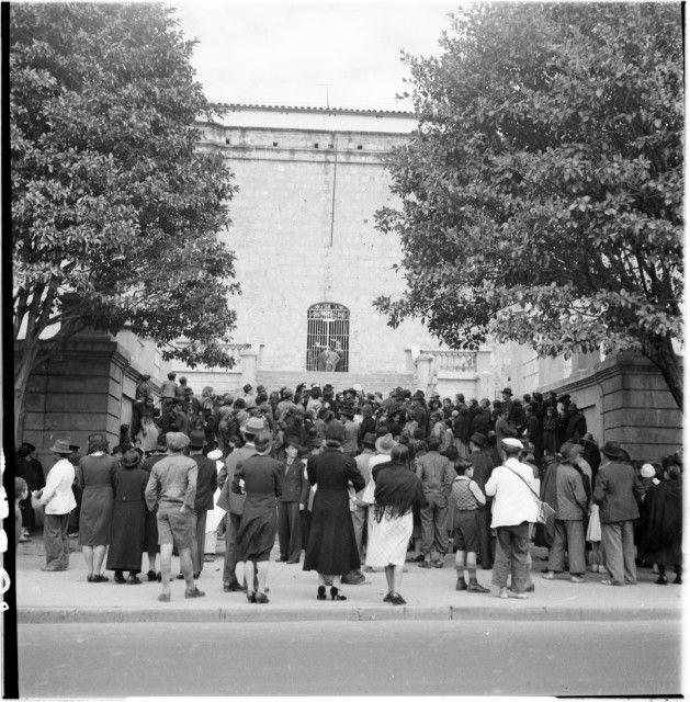 Familiares de presos enfrente del Panóptico / Daniel Rodríguez / 1938 / Colección Museo de Bogotá: MdB 18586 / Todos los derechos reservados