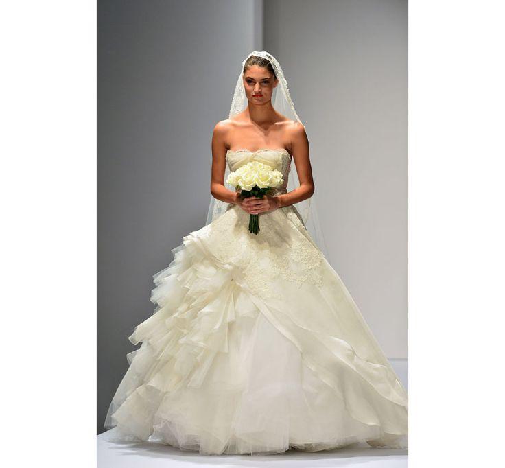 Le défilé Oscar de la Renta Bridal 2013 http://www.vogue.fr/mariage/inspirations/diaporama/les-plus-belles-robes-de-mariee-d-oscar-de-la-renta/20857/image/1107821#!15