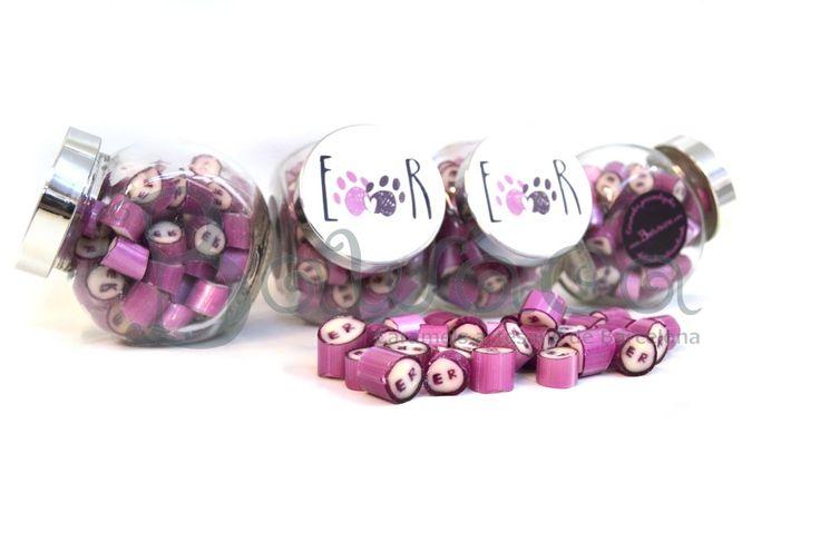 A veces, en lo sencillo está la magia... Elige un tarro bonito de nuestra gama, diseña una etiqueta molona y con un caramelo monocolor con vuestras iniciales...tachaaaan...ya tenéis vuestro detalle de boda superoriginal! Pide los tuyos en: http://bawaca.com/categoria-producto/personalizados/ bawaca@bawaca.com 931640495