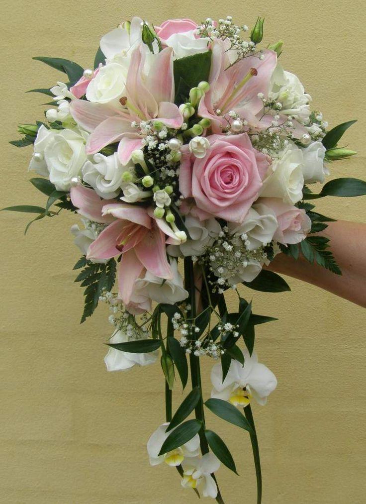 Buket med roser, liljer, brudeslør mm.