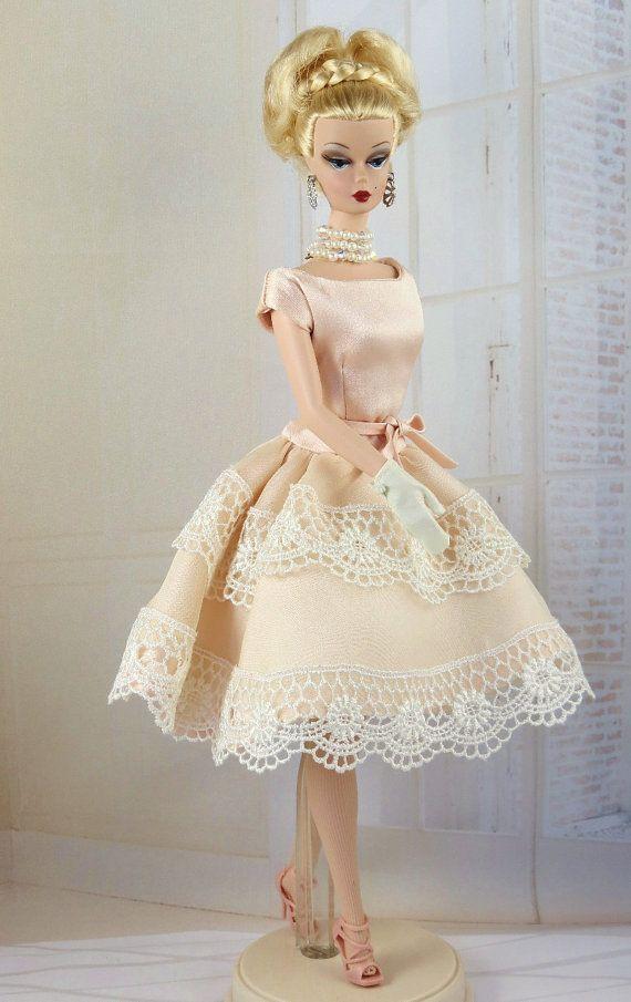 Esto es un sin mangas, suelta cintura vestido de seda. La blusa y la falda se reunieron la arpillera se corta de charmeuse rosa. La superposición de falda