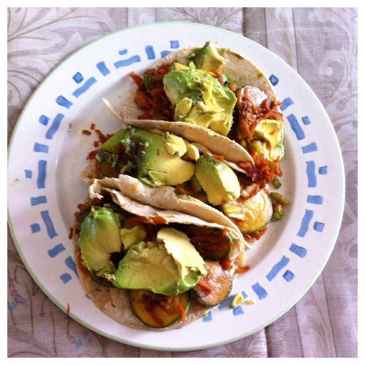 Tacos de calabaza y zanahoria rayada con apio salteados en el sartén con salsa de soya, servidos con delicioso aguacate...
