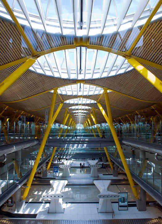 Aeropuerto de Barajas, Madrid (España) - Terminal 4 - Se trata de los carruseles de recogida de equipajes. Me sentí como un lugar muy solitario con casi nadie en esta área masiva.