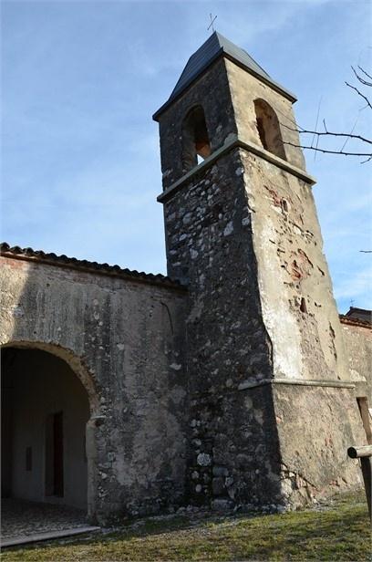 Lato sud - ovest. Modesto ma caratteristico campanile in stile longobardo, a leggera forma piramidale tronca, che garantiva una maggiore tenuta e stabilità per via del materiale povero usato per la costruzione.