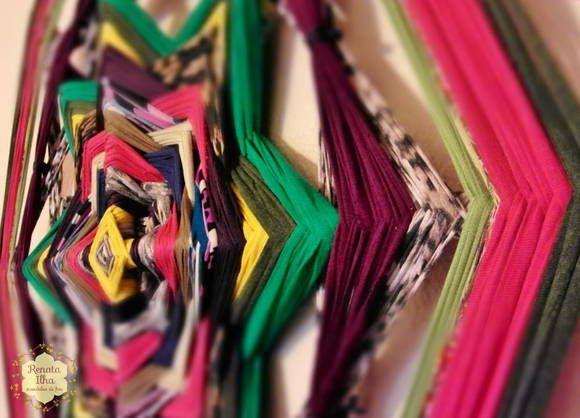 Mandala de 8 pontas, 75cm. Feita com retalhos de malha sobre bastões de madeira de 1,2cm  As cores desta mandala estimulam a integração de forma descontraída com a diversidade do mundo que nos cerca.  A mandala de 8 pontas exerce uma energia calma e poderosa. É a vibração da realização dos sonhos e desejos no campo matéria. A mandala de 8 pontas representa a capacidade de enxergar além do que está exposto, perceber nossos esforços e merecimentos, a colheita justa. É a mandala que simboliza a ha…