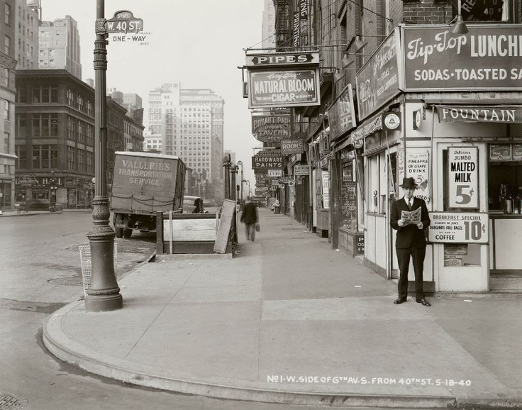 18. máj 1940: Muž číta noviny na rohu 6. Avenue.    Čítajte viac: http://www.sme.sk/c/6351490/new-york-ukazal-nezname-fotografie.html#ixzz1tjPZEP8t