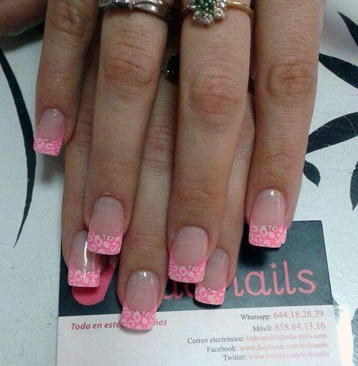 Uñas de gel con la francesa rosa decorada